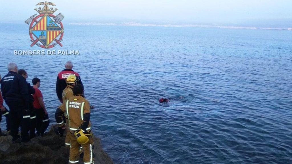 Unos jóvenes rescatan a un hombre del mar tras caer con su coche por un acantilado