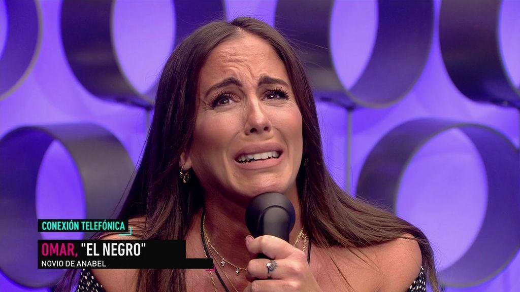 Anabel recibe emocionada la llamada sorpresa de su novio