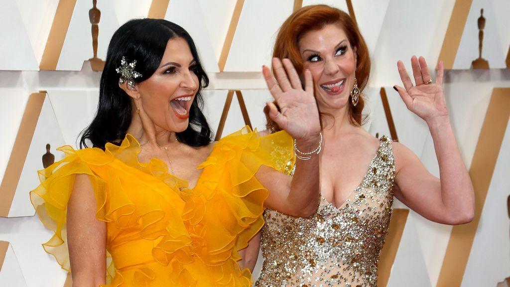 Kathrine Narducci y Stephanie Kurtzuba posan en la alfombra roja de los Premios Óscar 2020