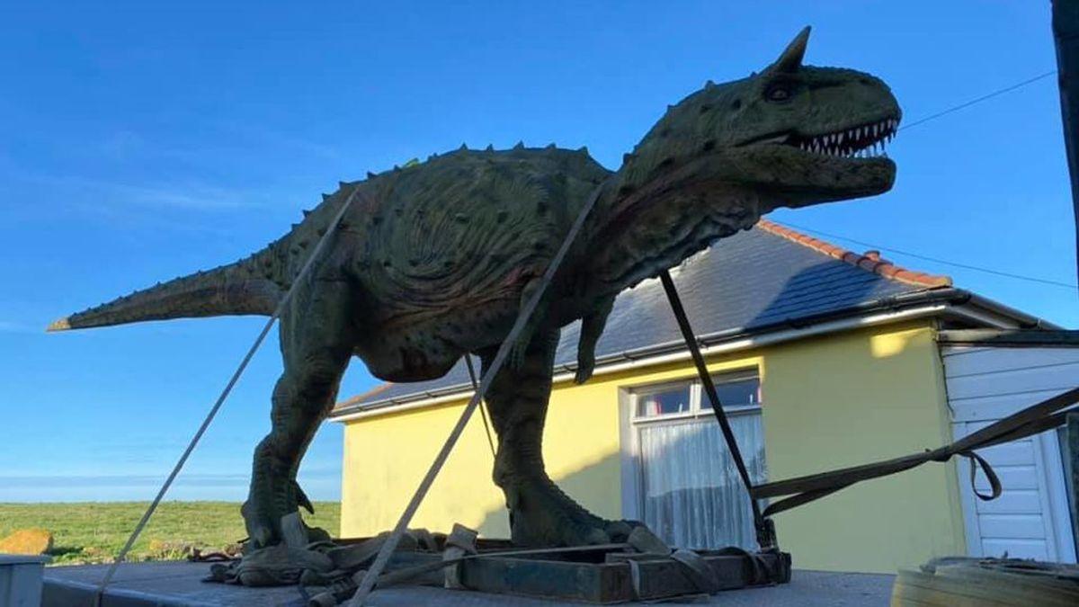 Un hombre le compra un dinosaurio de juguete a su hijo, pero comete un error al pedirlo y lo que recibe se vuelve viral