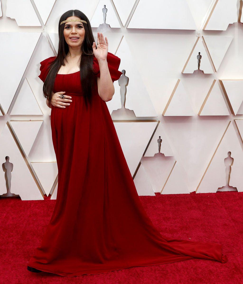 America Ferrera posa en la alfombra roja de los Premios Óscar 2020