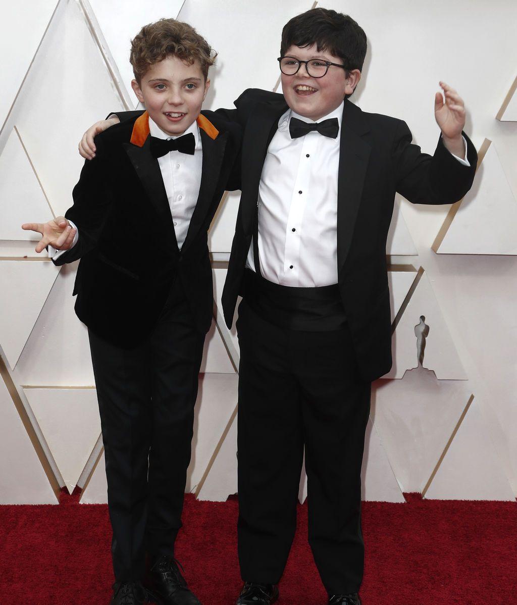 Roman Griffin Davis y Archie Yates posan en la alfombra roja de los Premios Óscar 2020