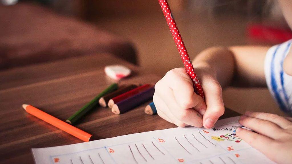 Una profesora denuncia a su alumna de seis años por apuntarle con el dedo