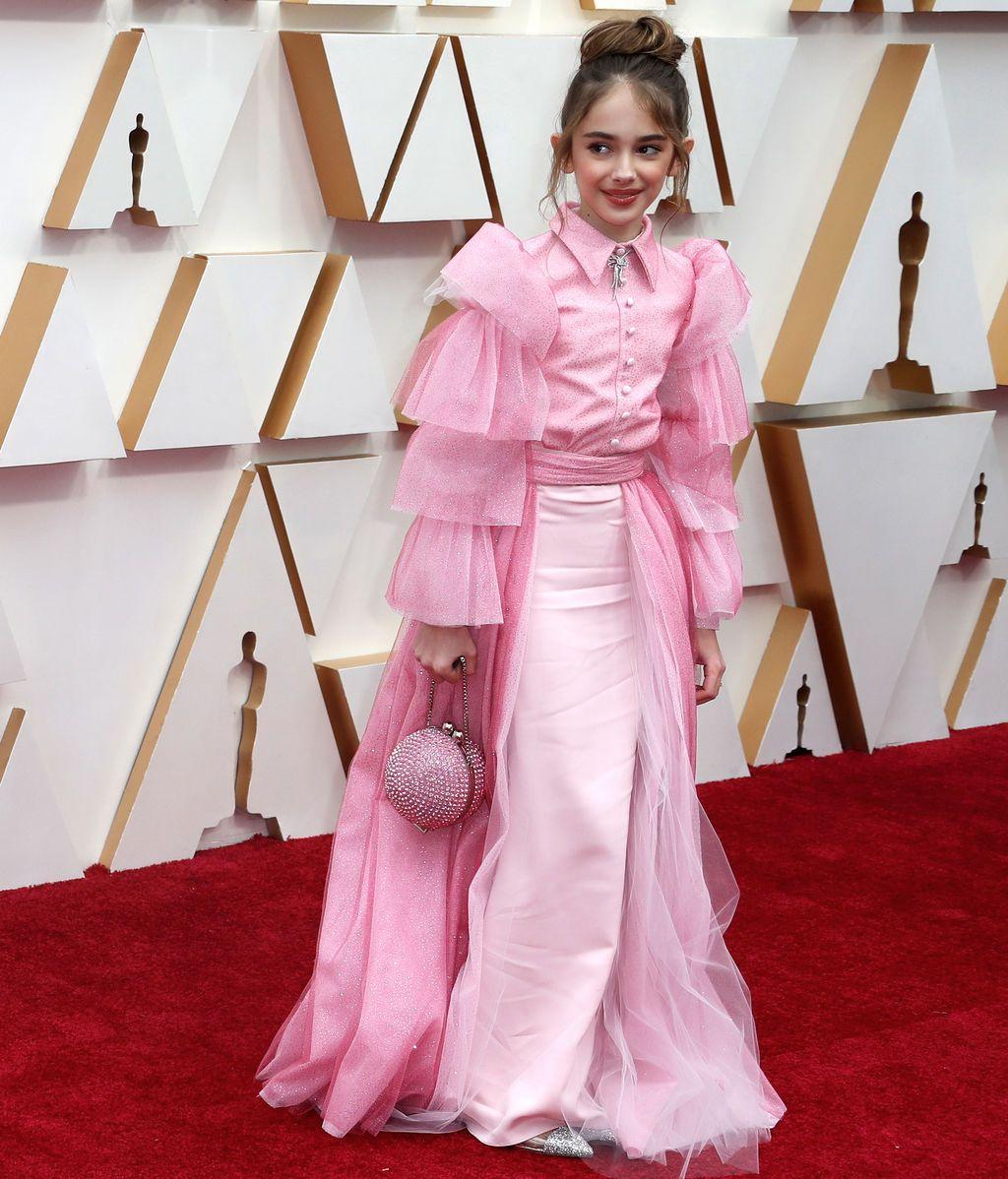 Julia Butters posa en la alfombra roja de los Premios Óscar 2020