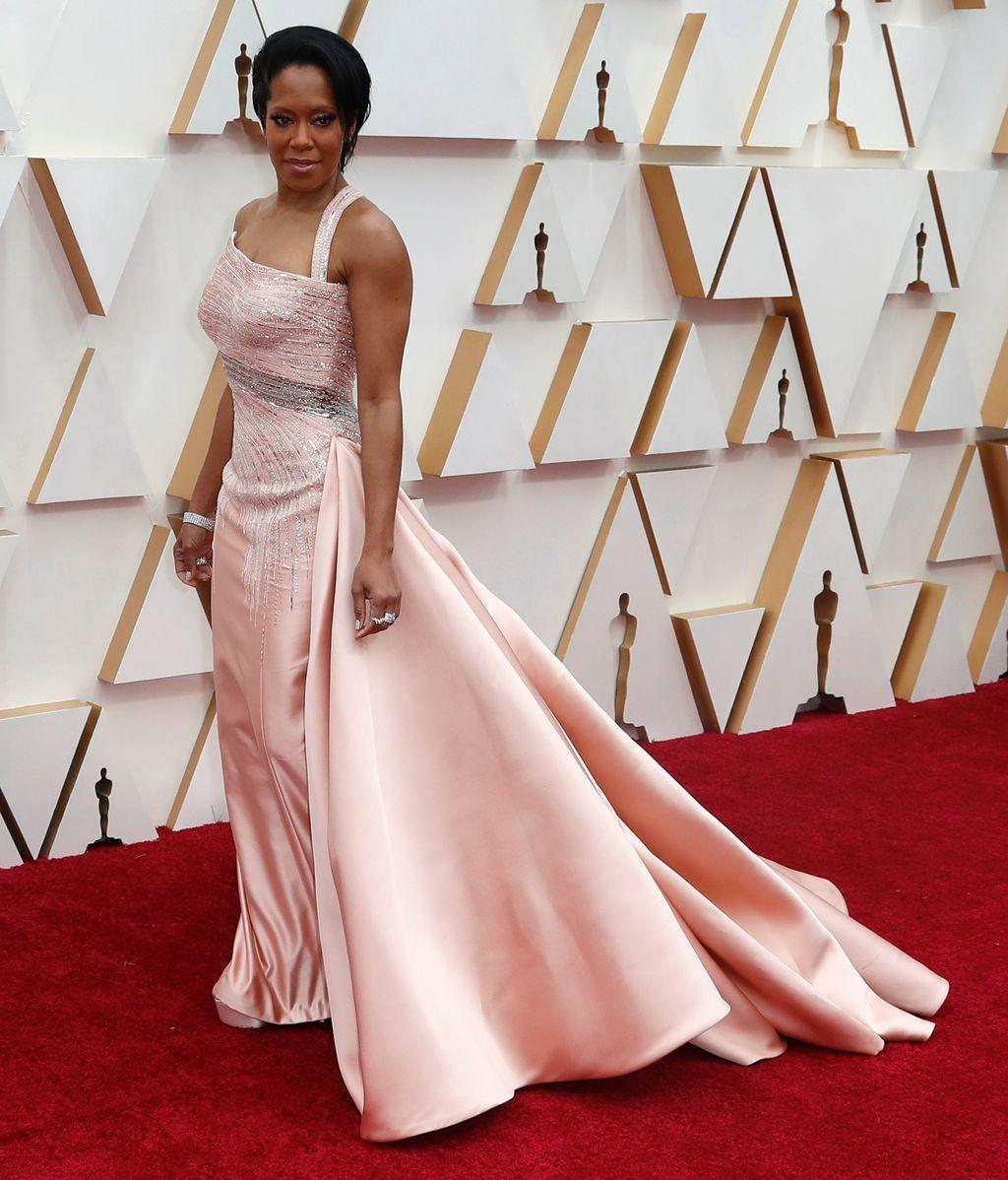 Regina King posa en la alfombra roja de los Premios Óscar 2020