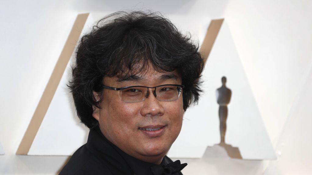 Bong Joon-ho posa en la alfombra roja de los Premios Óscar 2020