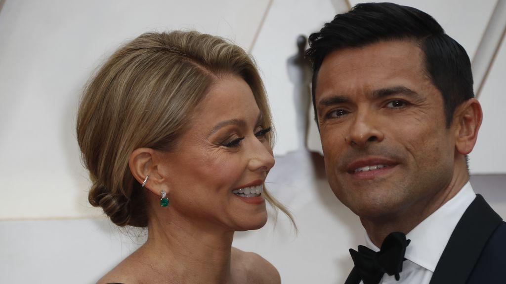 Kelly Ripa y su marido Mark Consuelos posan en la alfombra roja de los Premios Óscar 2020