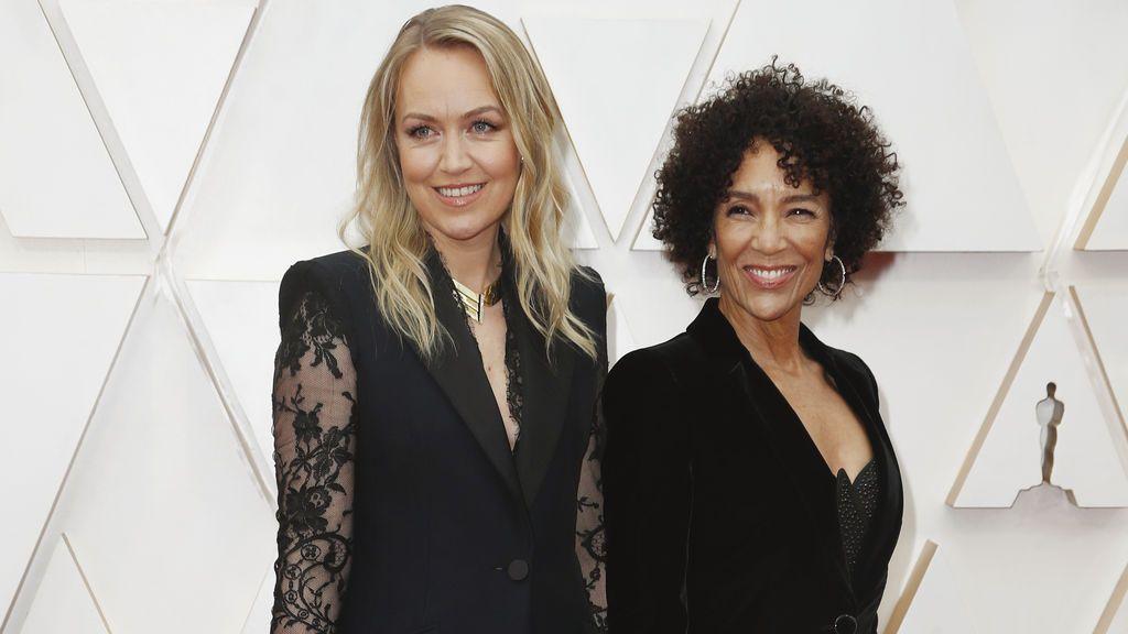 Lynette Howell Taylor y Stephanie Allain posan en la alfombra roja de los Premios Óscar 2020