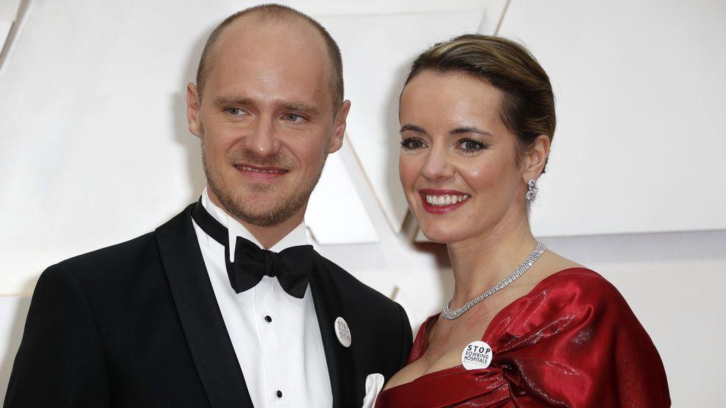 Edward Watts y Olivia Scarlett-Watts posan en la alfombra roja de los Premios Óscar 2020, en imágenes