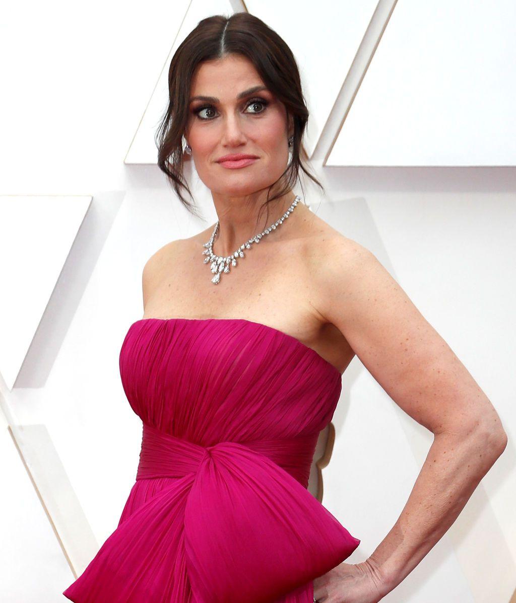 Idina Menzel posa en la alfombra roja de los Premios Óscar 2020