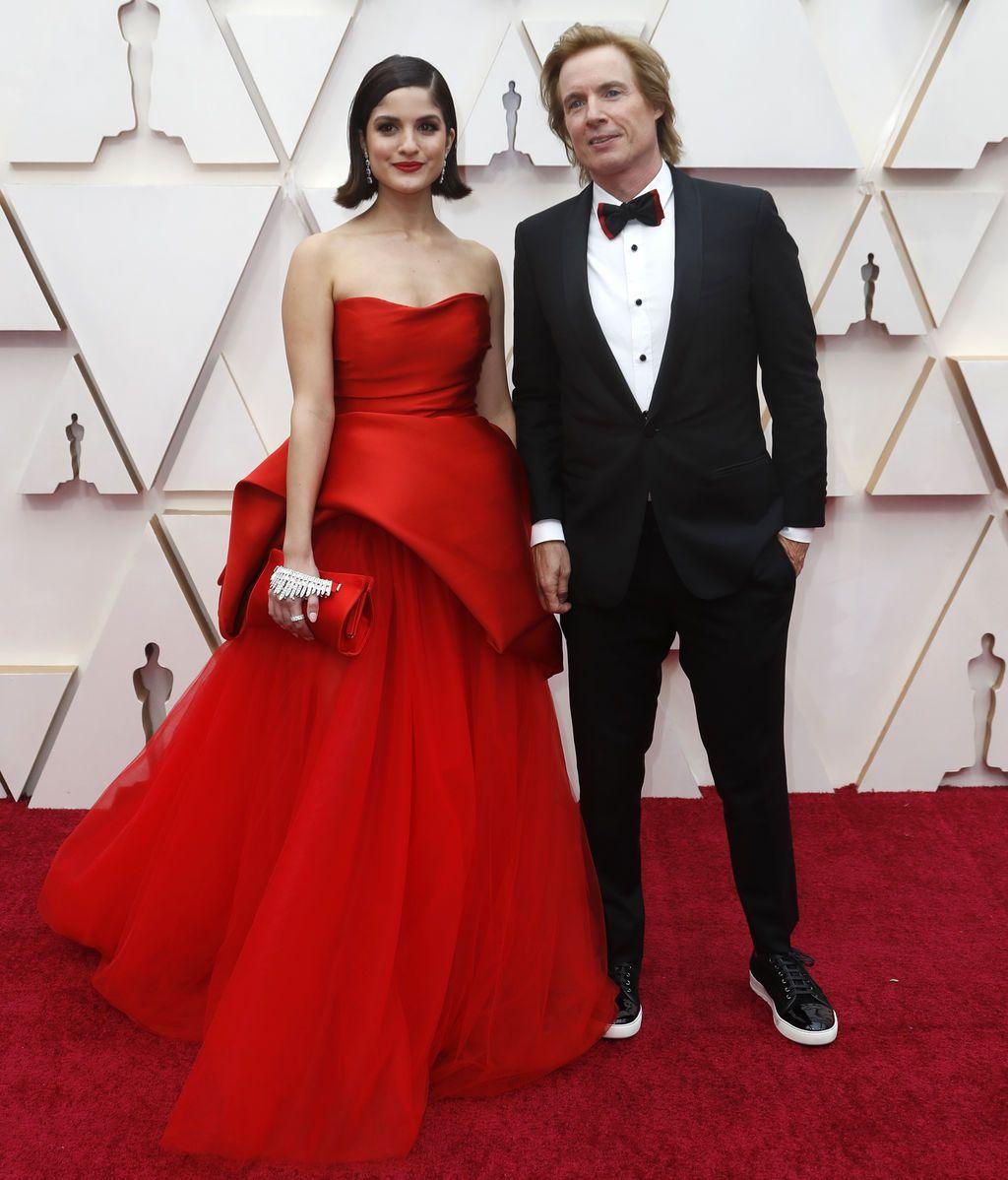 Bryan Buckley y Kiana Madani  posan en la alfombra roja de los Premios Óscar 2020