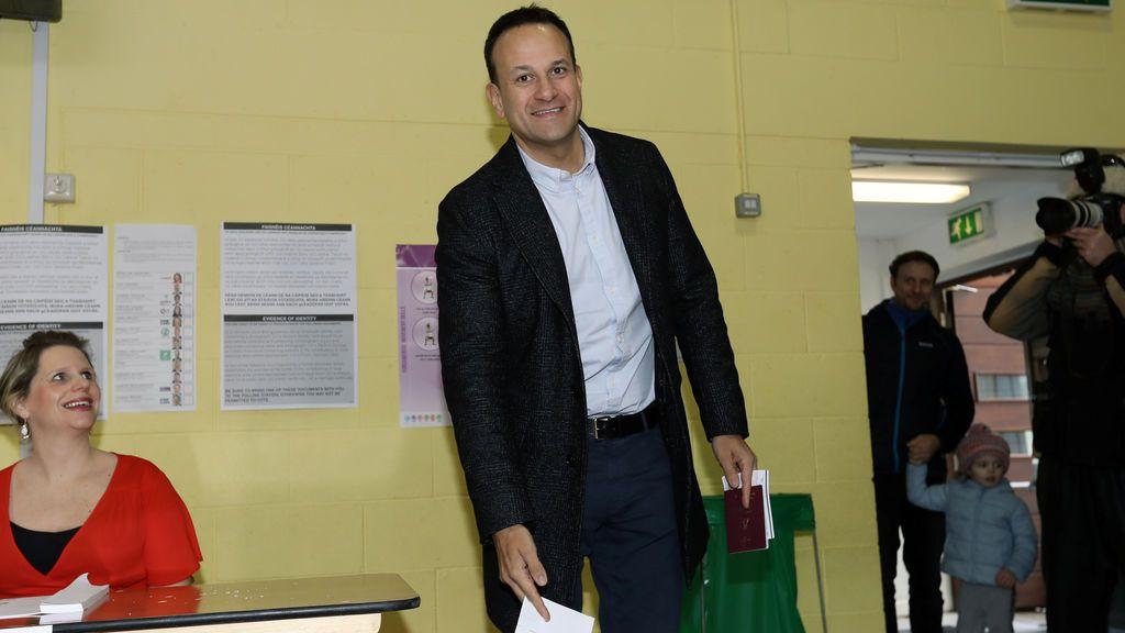 """La elecciones en Irlanda dejan un empate """"a tres"""" en las encuestas a pie de urna"""