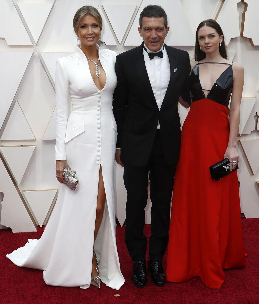 Antonio Banderas, Nicole Kimpel y Stella Banderas posan en la alfombra roja de los Premios Óscar 2020