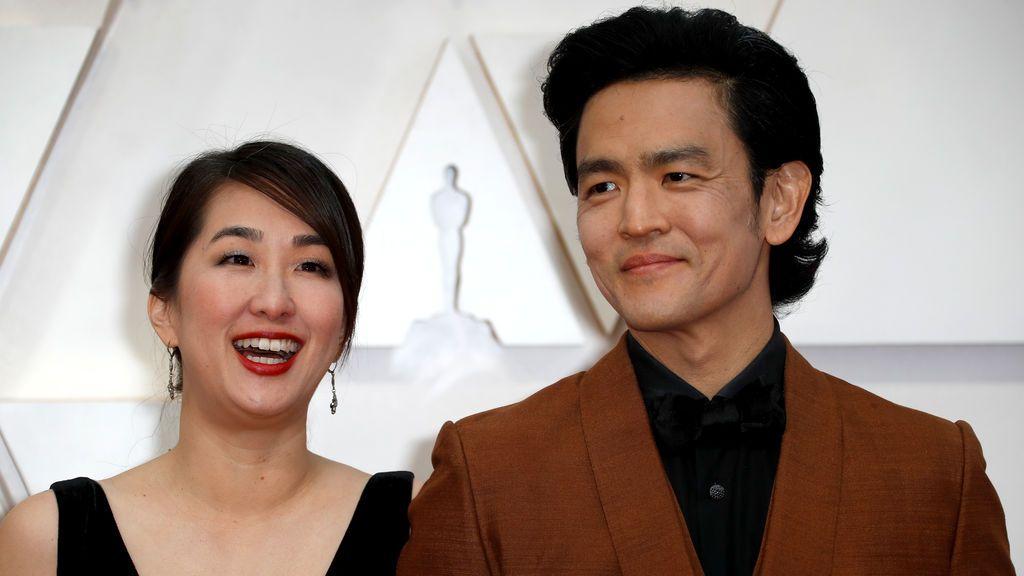 Kerri Higuchi y John Cho posan en la alfombra roja de los Premios Óscar 2020