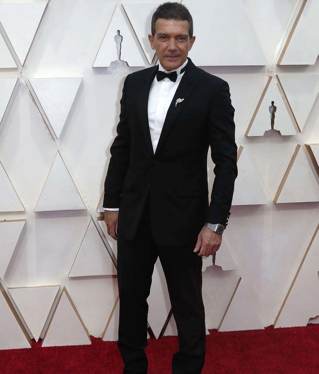 Antonio Banderas posa en la alfombra roja de los Premios Óscar 2020