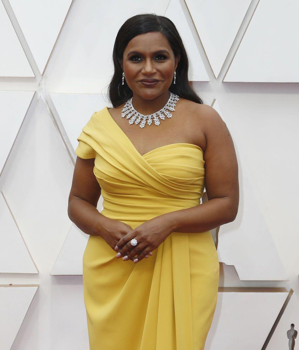 Mindy Kaling posa en la alfombra roja de los Premios Óscar 2020
