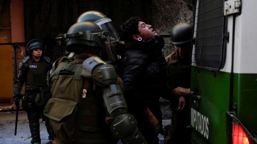 Un tribunal de Chile decreta prisión provisional para cinco carabineros por propinar palizas a jóvenes