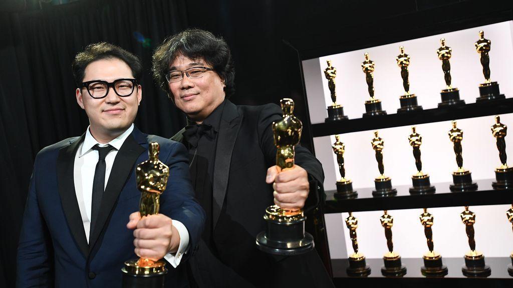 Bong Joon Ho con uno de sus Oscar