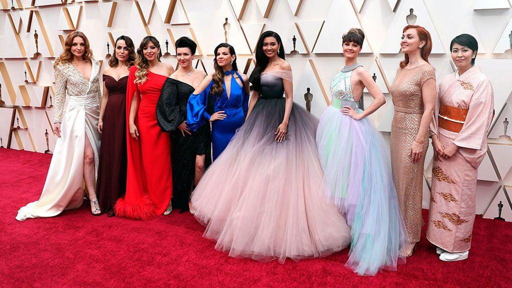 Gisela, tercera por la izquierda, en la alfombra roja de los Oscar 2020 junto al resto de cantantes de 'Frozen 2'..