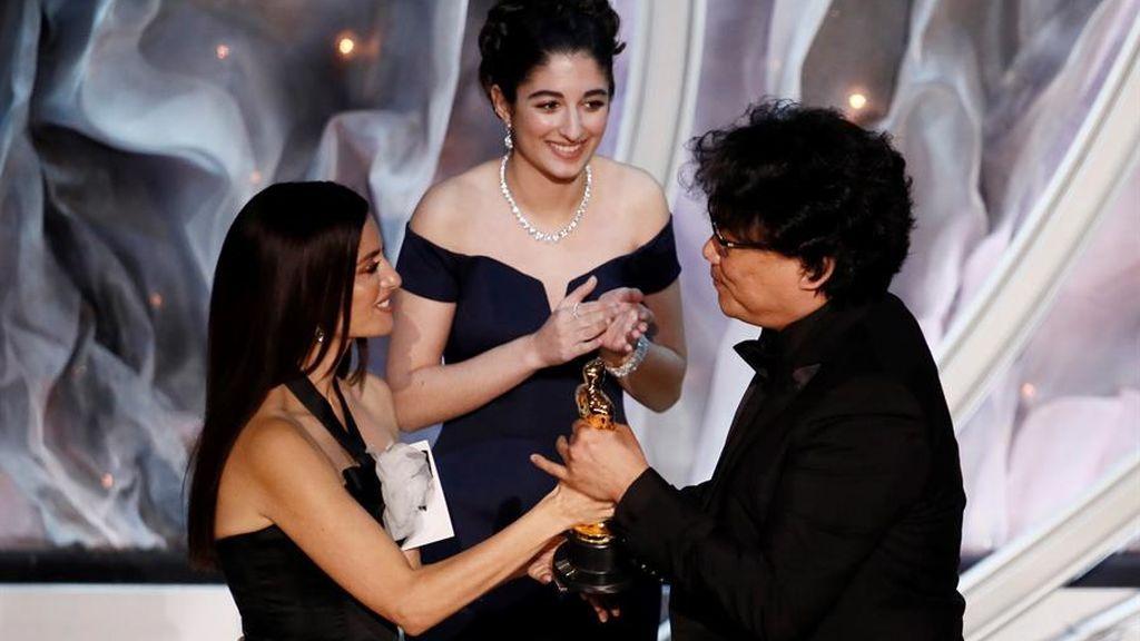 Penélope Cruz le da el Óscar de Mejor Película Internacional al director de 'Parásitos'