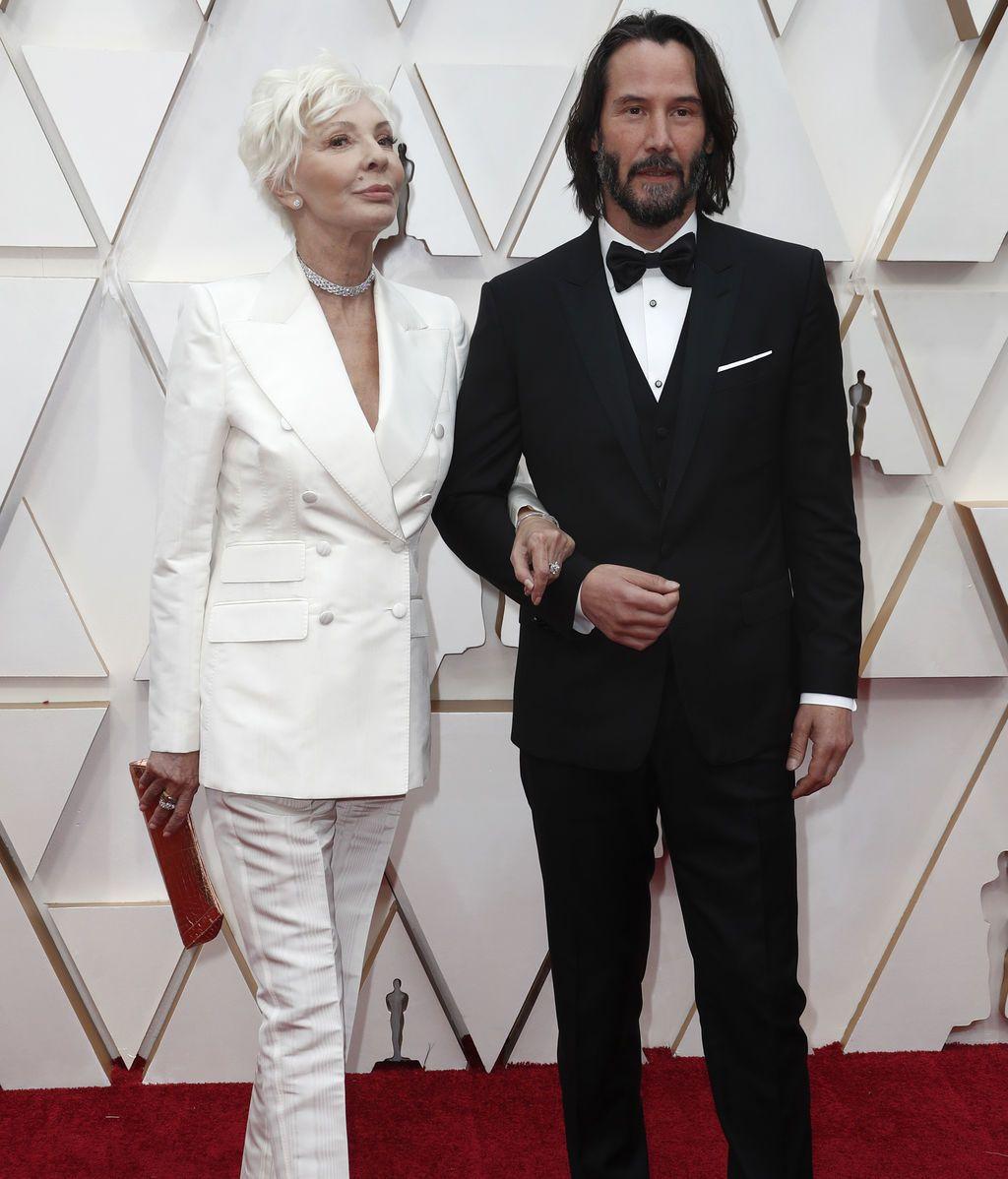 Keanu Reeves y su madre, Patricia Taylor, posan en la alfombra roja de los Premios Óscar 2020