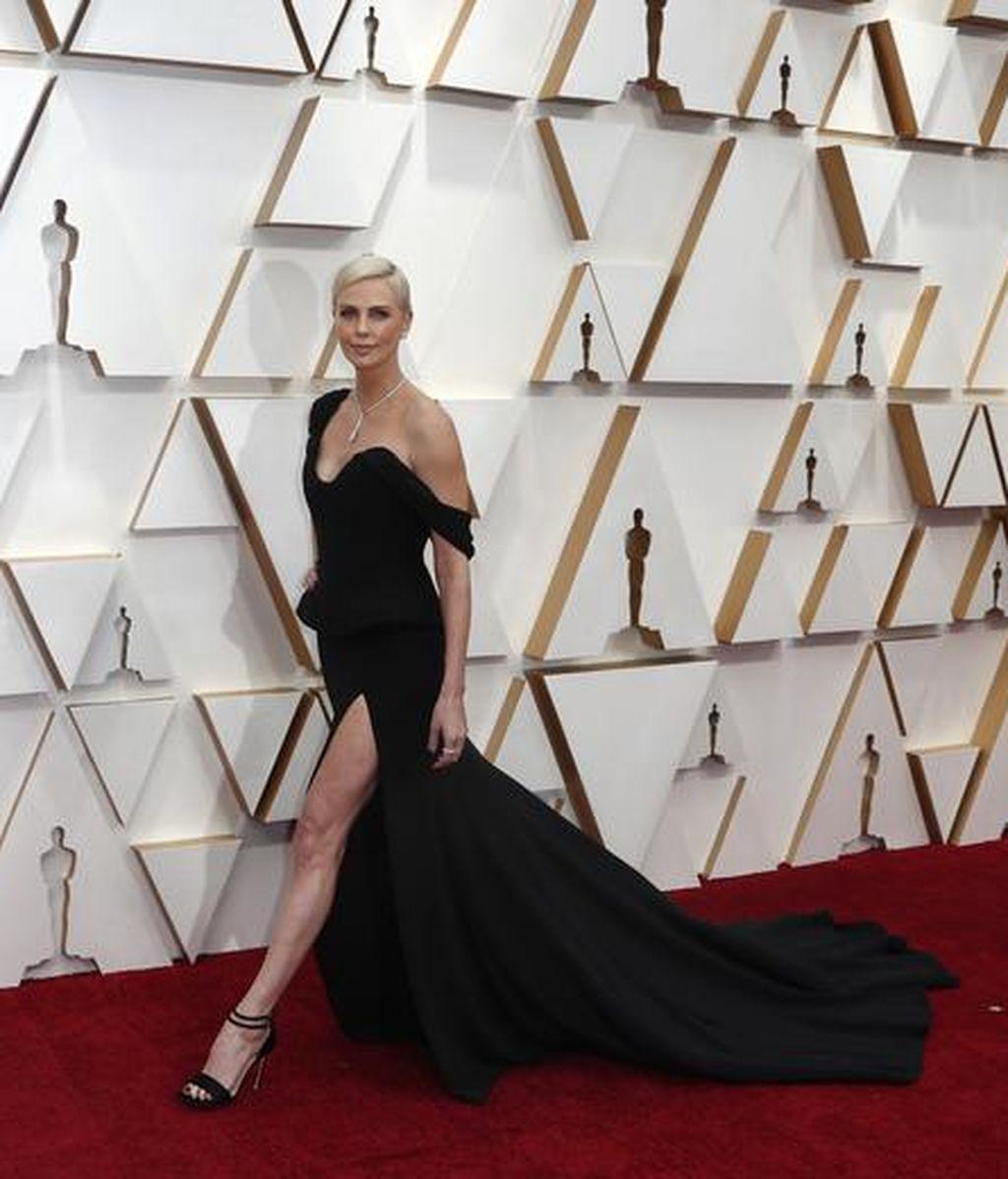 Charlize Theron posa en la alfombra roja de los Premios Óscar 2020