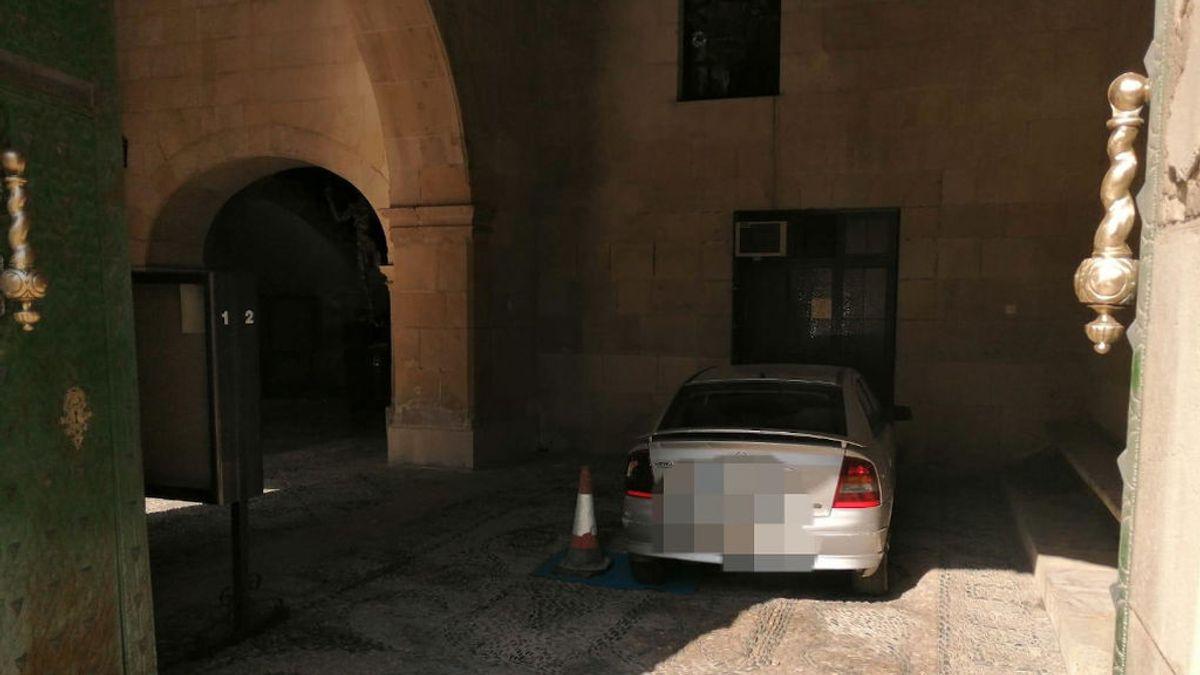 Aparca el coche en el interior del Ayuntamiento de Alicante
