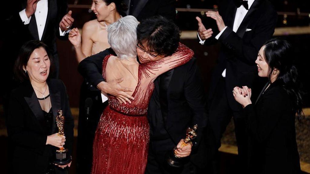 El abrazo de Jane Fonda y Bong Joon Ho