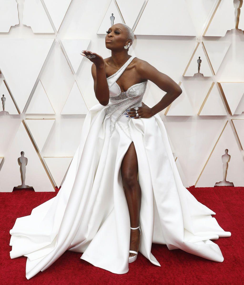 Cynthia Erivo posa en la alfombra roja de los Premios Oscar 2020