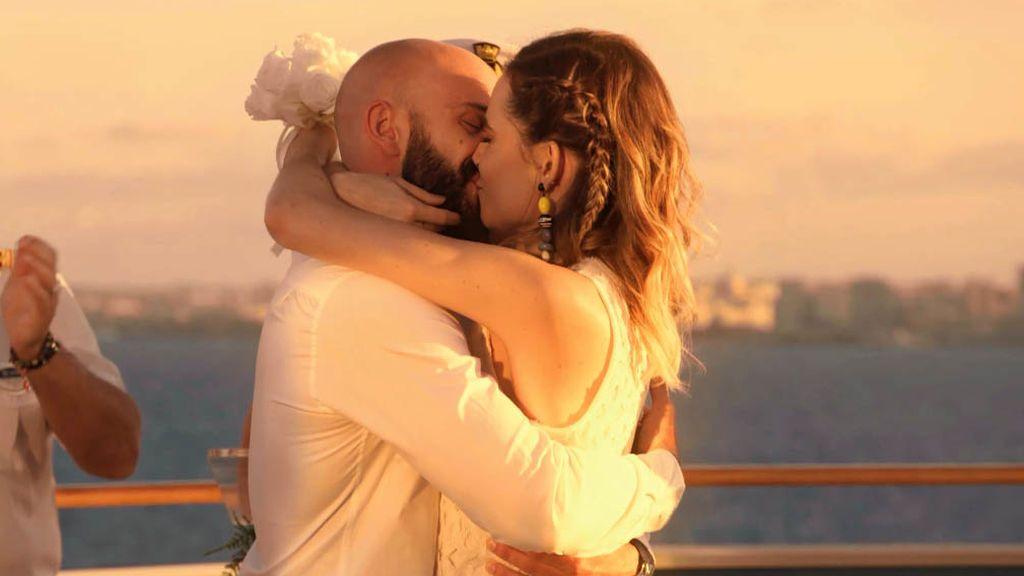 """Miguel Ángel y María se dan el """"Sí, quiero"""" en 'First dates Crucero': """"Yo no creía en el matrimonio hasta que le conocí"""""""