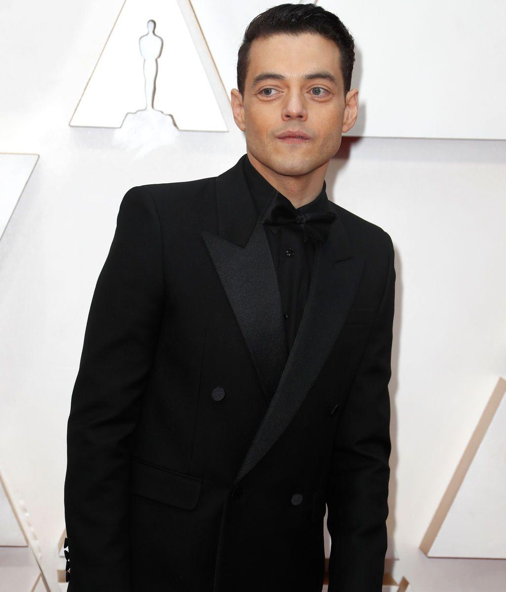 Rami Malek posa en la alfombra roja de los Premios Óscar 2020