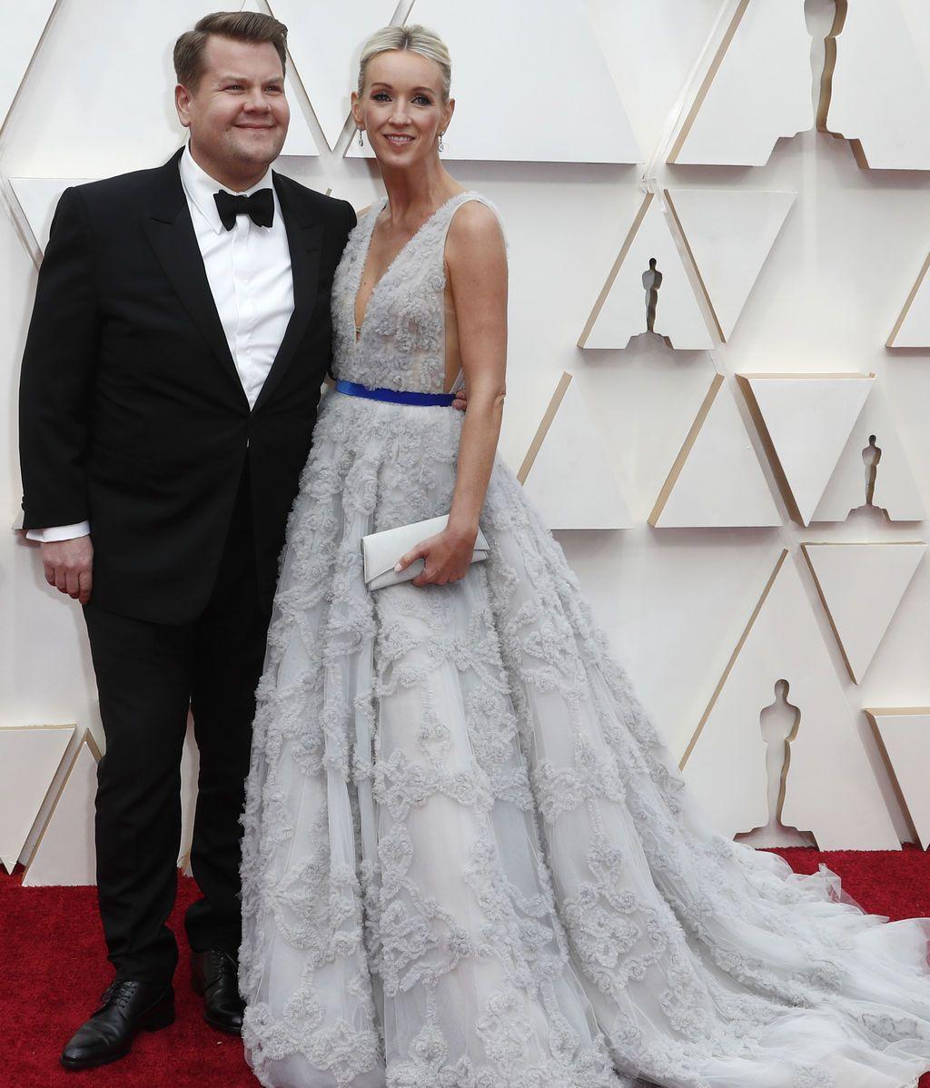 James Corden y Julia Carey posan en la alfombra roja de los Premios Óscar 2020