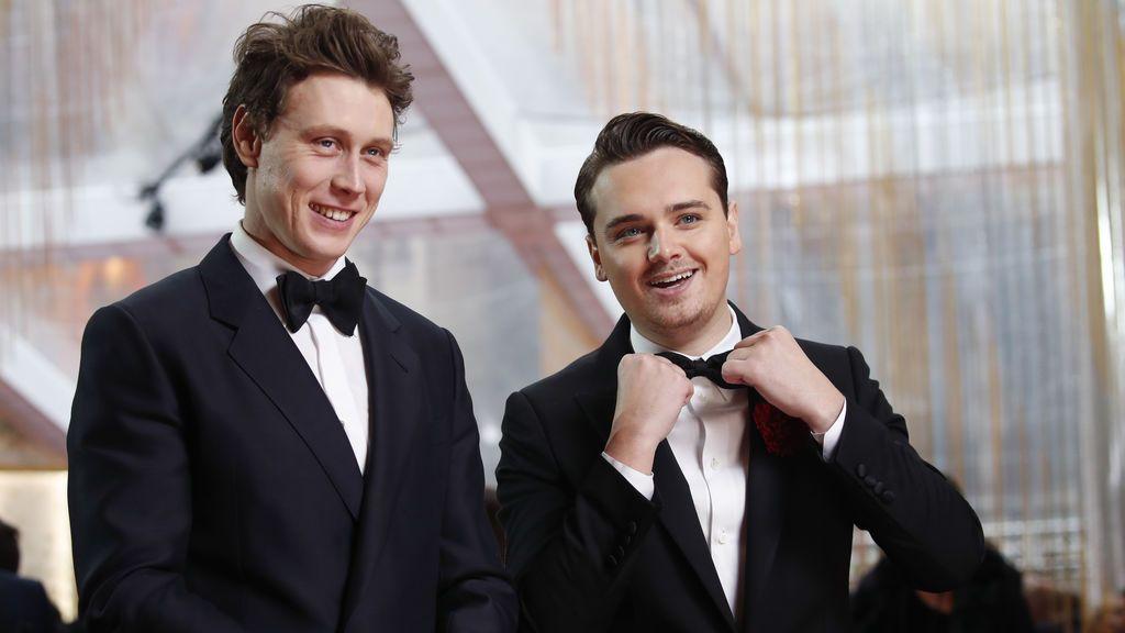 George MacKay y Dean-Charles Chapman posan en la alfombra roja de los Premios Óscar 2020