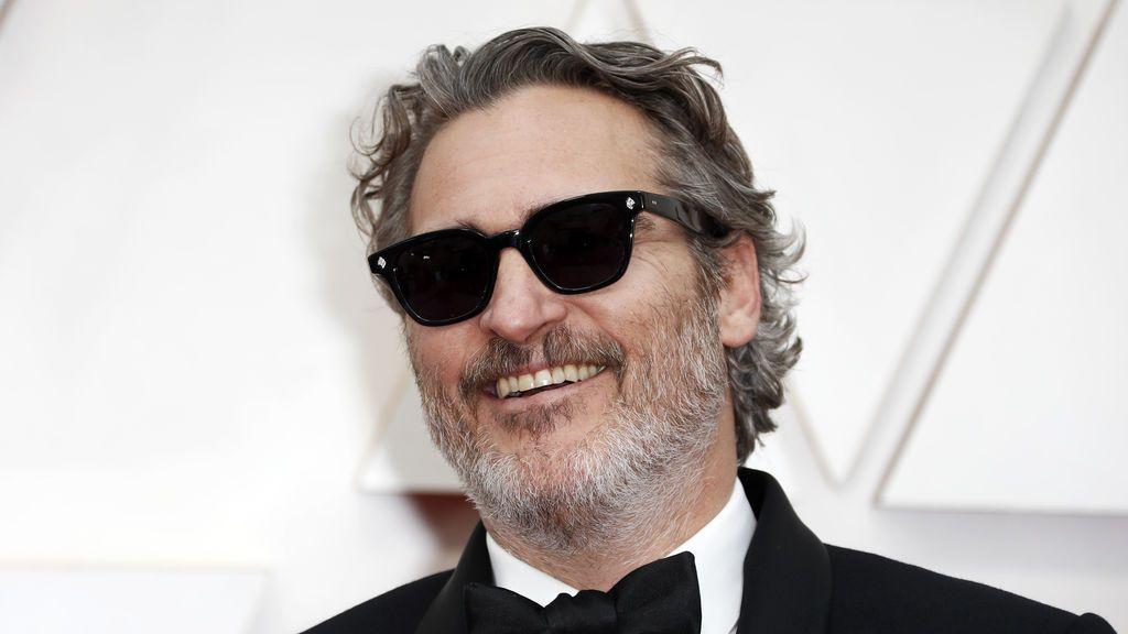 Joaquin Phoenix posa en la alfombra roja de los Premios Óscar 2020