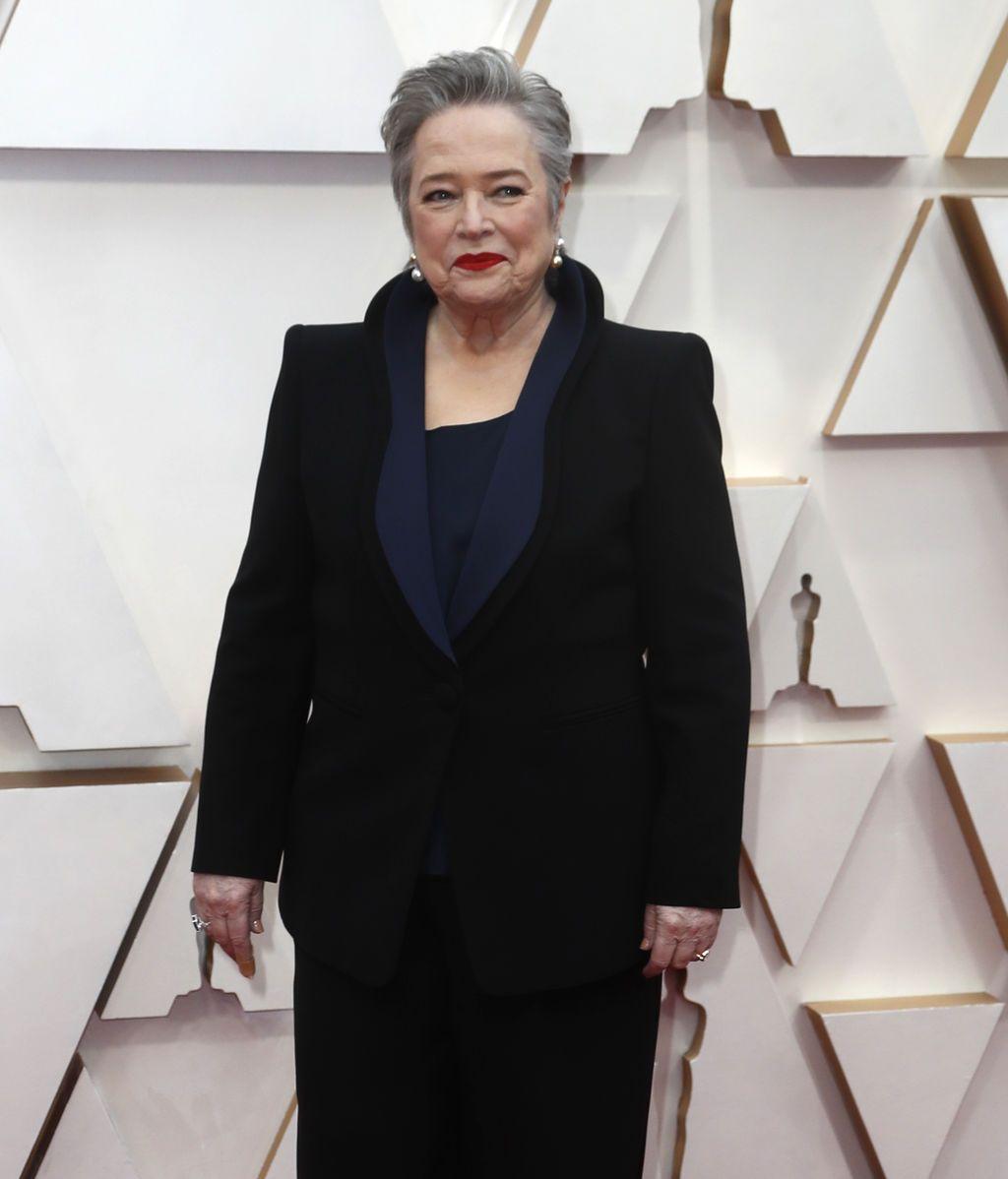 Kathy Bates posa en la alfombra roja de los Premios Óscar 2020