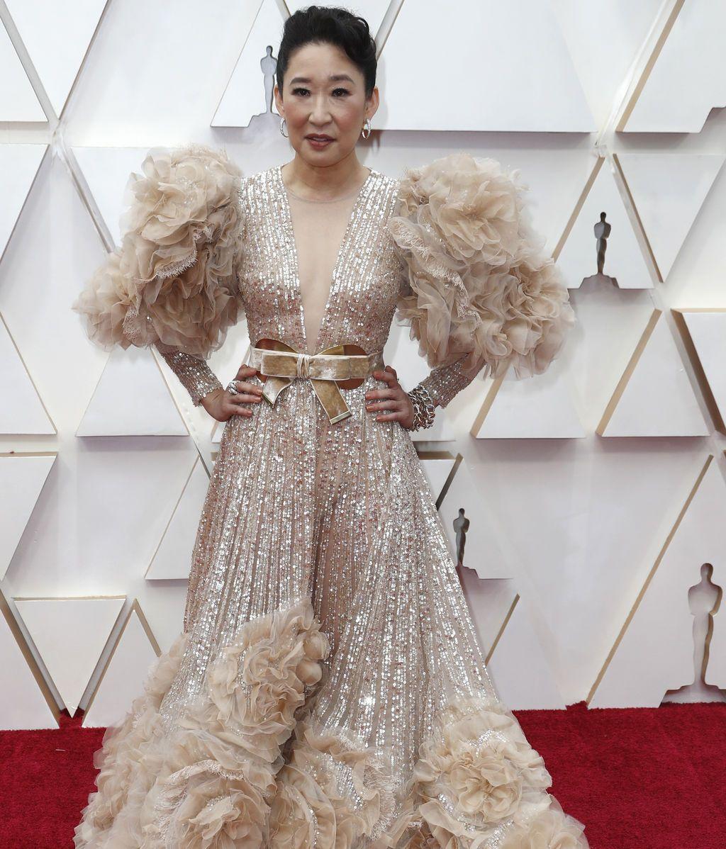Sandra Oh posa en la alfombra roja de los Premios Óscar 2020
