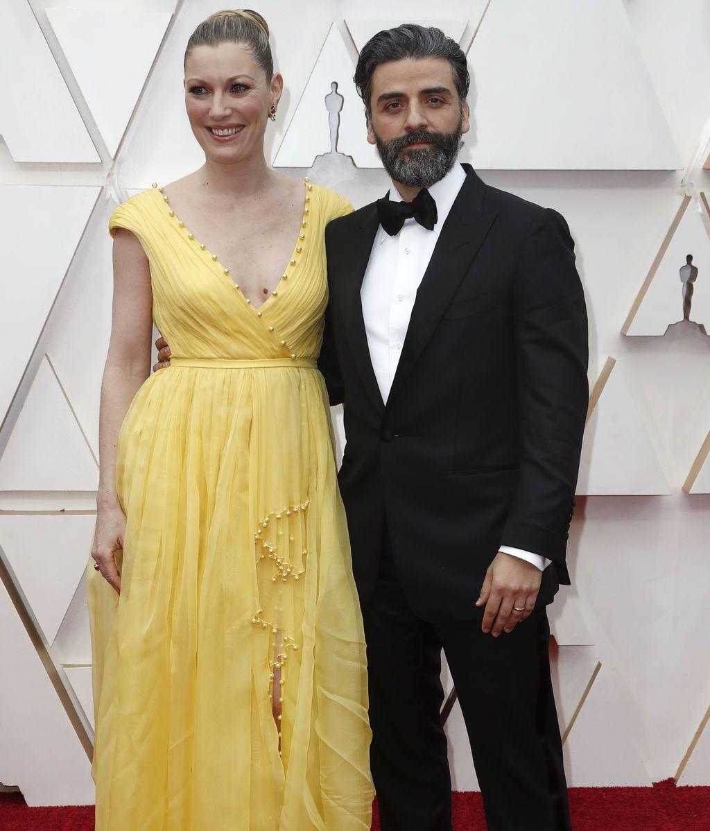 Oscar Isaac y Elvira Lind posan en la alfombra roja de los Premios Óscar 2020