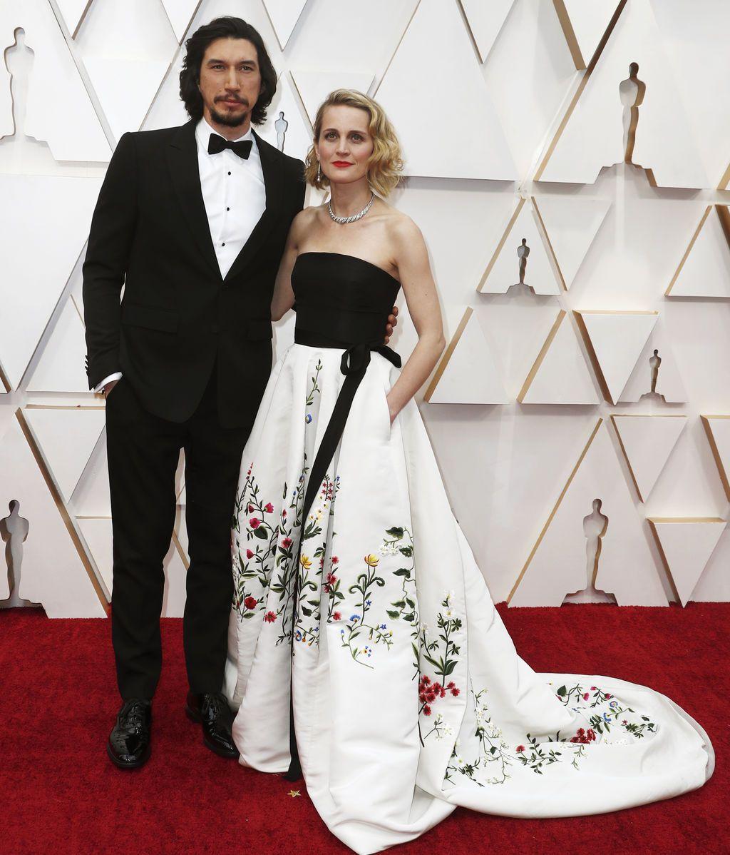Adam Driver y Joanne Tucker posan en la alfombra roja de los Premios Óscar 2020