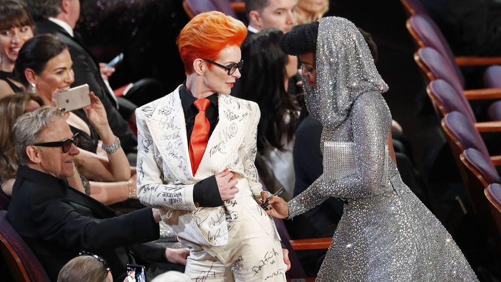 Janelle Monae firma el traje de Sandy Powell durante la gala de los Óscar