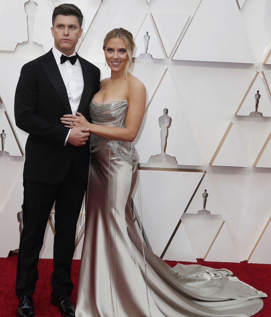 Scarlett Johansson y Colin Jos posan en la alfombra roja de los Premios Óscar 2020
