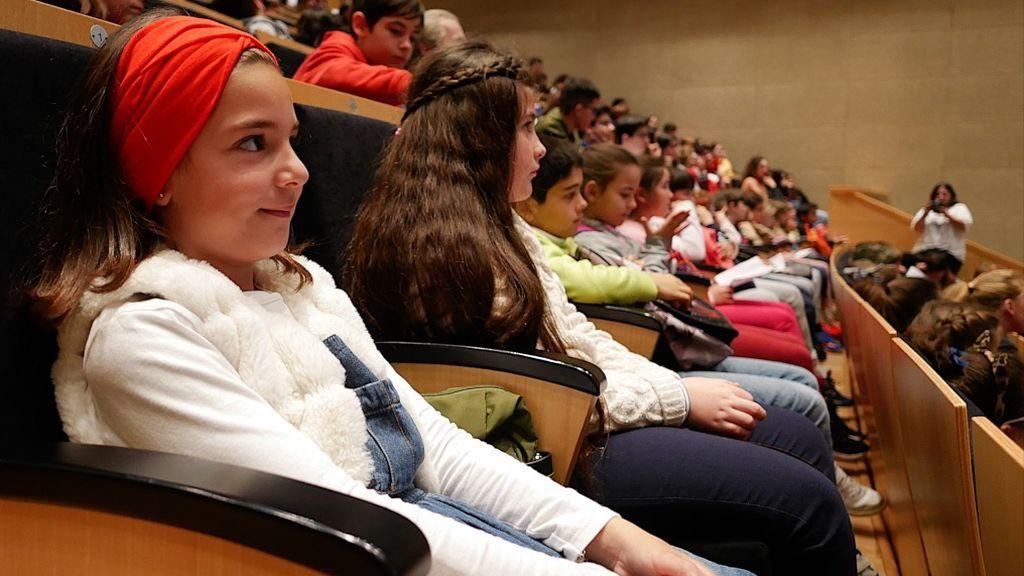 Dos niñas atienden las explicaciones de las científicas