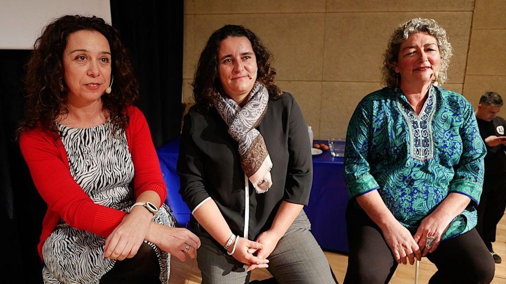 Azucena Ares, en el centro, junto a otras dos científicas