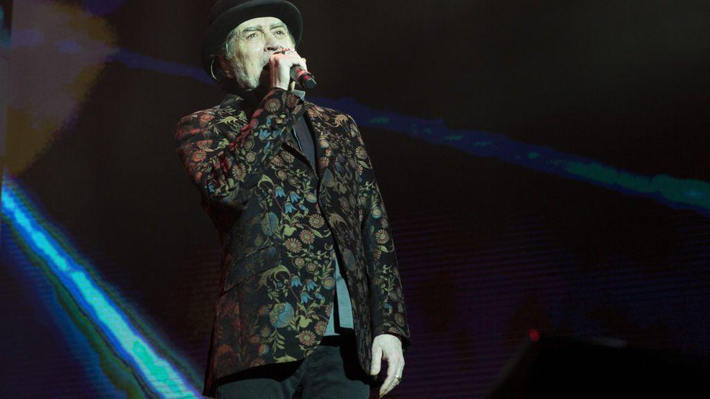 Joaquín Sabina se cae en el escenario en pleno concierto el día de sus cumpleaños