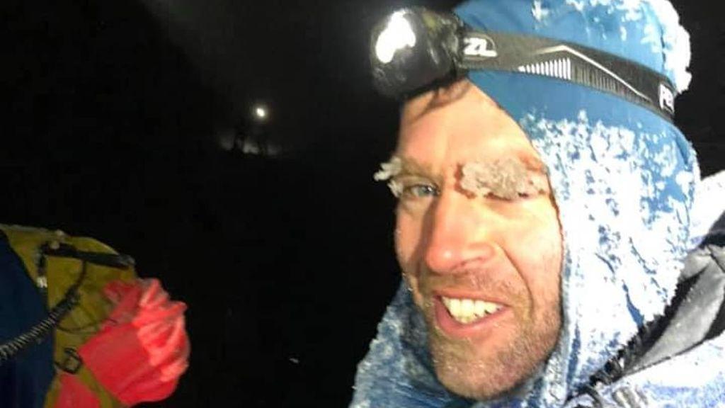 """El """"grupo de estúpidos"""" rescatado en la montaña escocesa de Ben Nevis pide disculpas con dinero, vino y whiskey"""