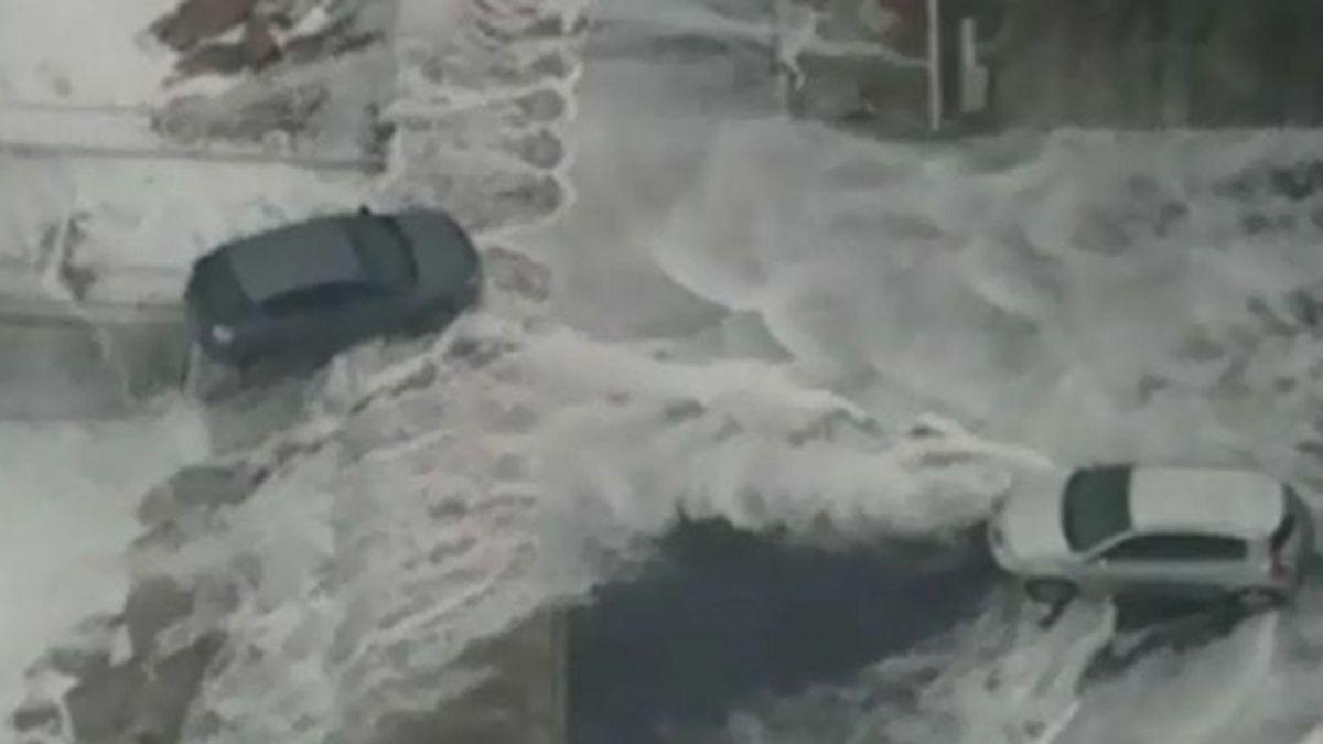 Las olas de ocho metros engullen coches en A Coruña