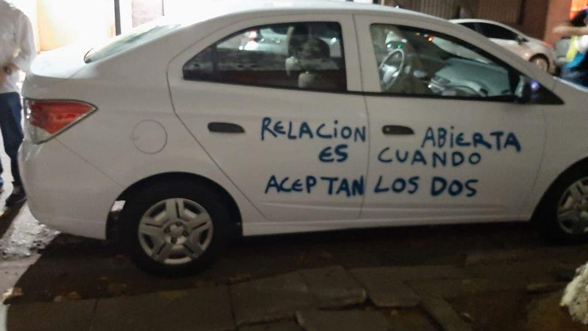"""Pinta el coche de su expareja: """"Como me bloqueaste, te lo escribo aquí, relación abierta es cuando aceptan dos"""""""