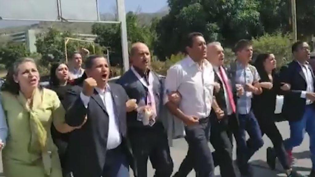Guaidó vuelve a Venezuela mientras el chavismo violento le agrede