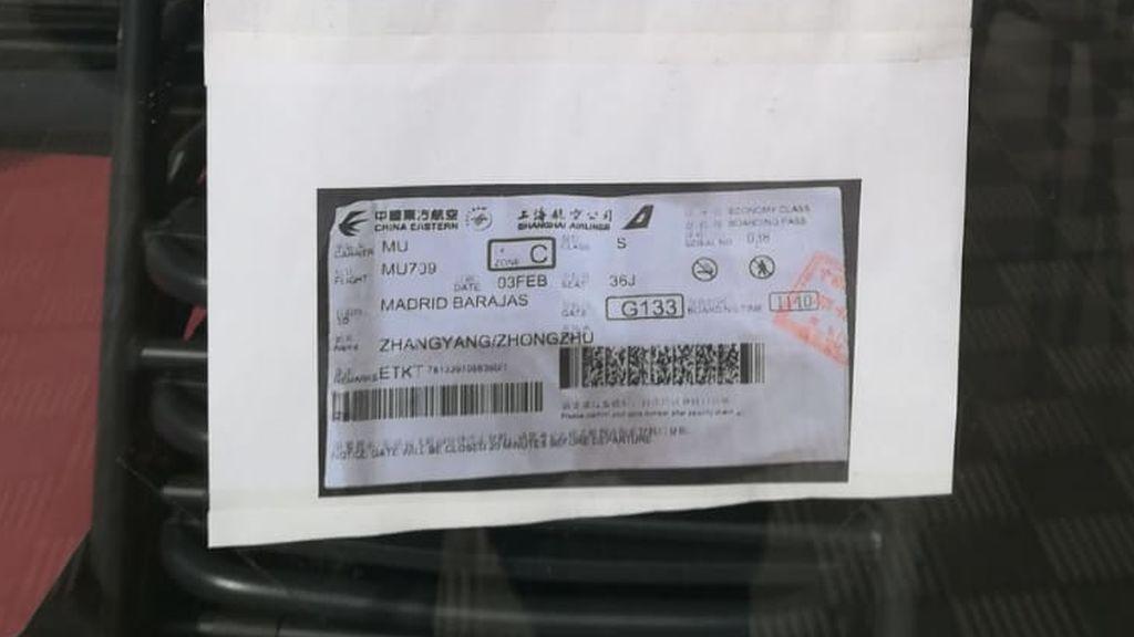 La fotocopia del billete de avión bajo el cartel
