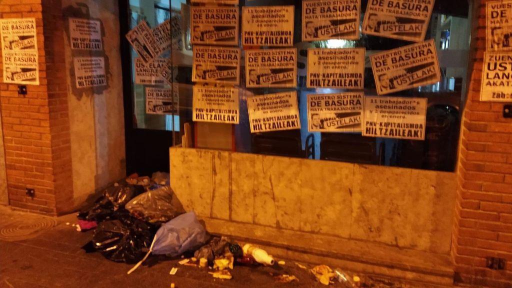 Bolsas de basura y excrementos a las puertas de un batzoki