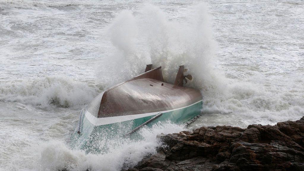 Nuevo naufragio en Galicia por el temporal: las olas de 7 metros dejan un desaparecido